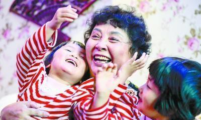 """""""失独妈妈""""不顾反对,60岁高龄生双胞胎"""