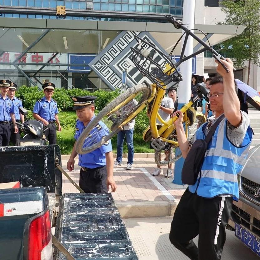 """南宁城管和哈啰单车运维小哥街头上演""""变形计"""""""
