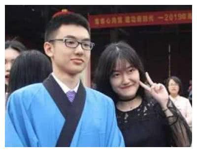 """英俊才子杨晨煜开学在清华报到,与他同行的""""神秘人物""""是谁?"""