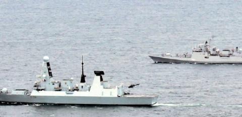 英舰穿越马六甲海峡遇堵,两艘美舰紧急出港支援