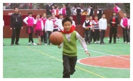 王俊凯与童年照撞衫,小时候就很有时尚感,身材瘦小脸却无大变化