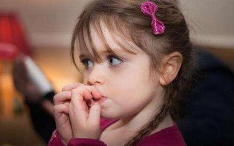 二宝出生后,四岁的大宝开始咬指甲,别急着纠正行为安全感是关键