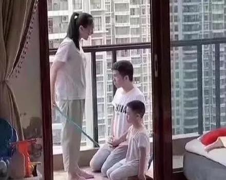 孩子犯错,怂爸跟着一起跪着挨批,爸爸越怂,家庭越幸福!