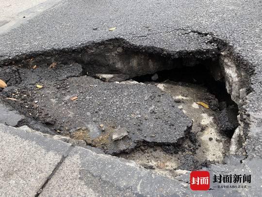 绵阳涪江三桥引桥路面碾出窟窿  8个月前曾进行过维修