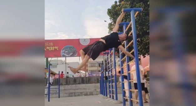 中国小伙练就单杠漫步 海外网友:要破世界纪录|世界纪录|社交网络