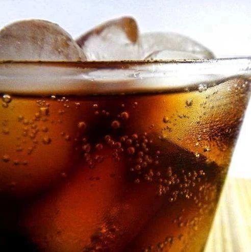 小伙碳酸饮料当水喝送了命!这些情况你也要注意了