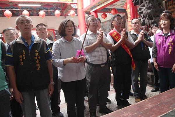 """蔡英文到庙里参拜。(图片来源:台湾""""中时电子报"""")"""