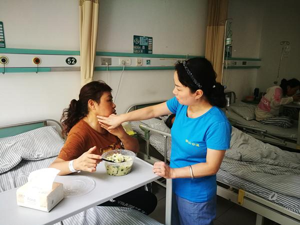 8位孤寡老人同时住院治疗  这对镇江金山公益志愿者来说是个考验