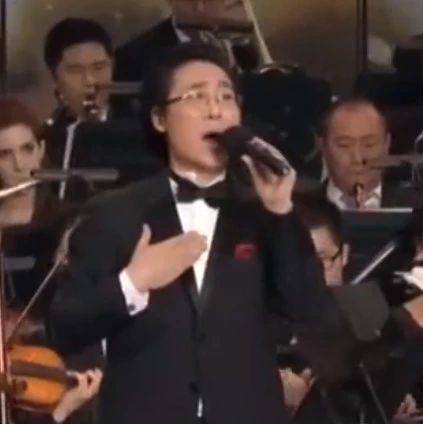 交响乐队现场伴奏,廖昌永倾情演绎《莫斯科郊外的晚上》,好听!
