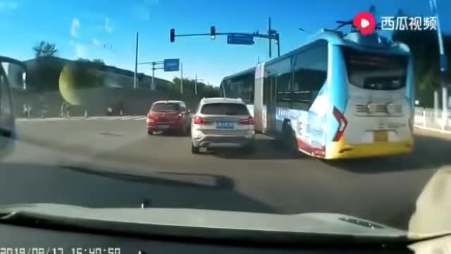 北京一快速公交与一小车未发生刮蹭,但行为可能引发道路安全