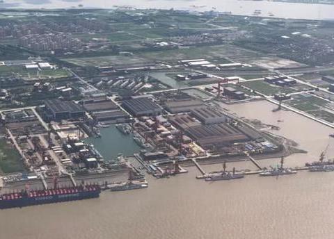 艘军舰同时现身一个船厂,中国做法令美很羡慕,直言已无力追赶