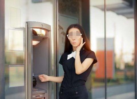 女子在ATM机取不出钱,工作人员打开机器后,眼前景象让人惊讶
