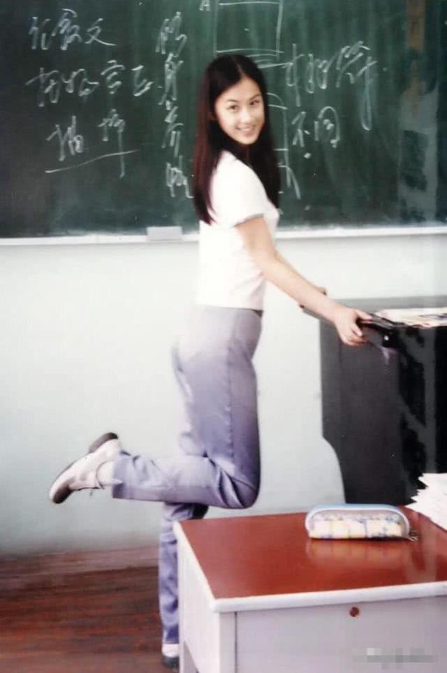 高中时的黄圣依清新脱俗,五官比神仙姐姐刘亦菲都要精致