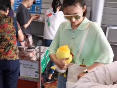 """王丽坤纯素颜现身机场,全网盯着她手中的""""公仔"""":林更新送的吧"""