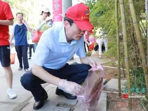 王永康之后,这位市委副书记手提垃圾袋上街捡烟头