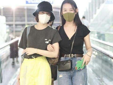 双倍清纯!张雪迎蒋依依同游日本齐心搬行李,穿姐妹装挽手灿笑