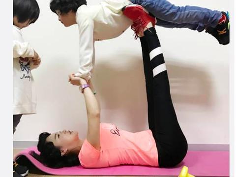 冉莹颖在家做运动,邹明轩被妈妈撑到半空中,邹明皓在一旁不参与