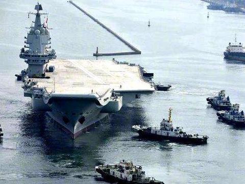 国产航母急转弯,船身突然倾斜掀起一阵浪花,全世界目光转向东方