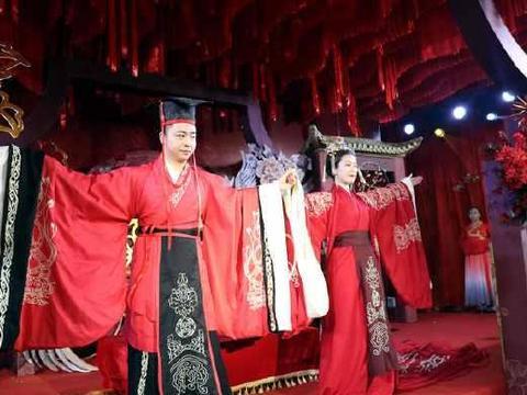 安徽芜湖:高档酒店上演中式婚礼秀美女模特穿新娘合服登T台靓眼