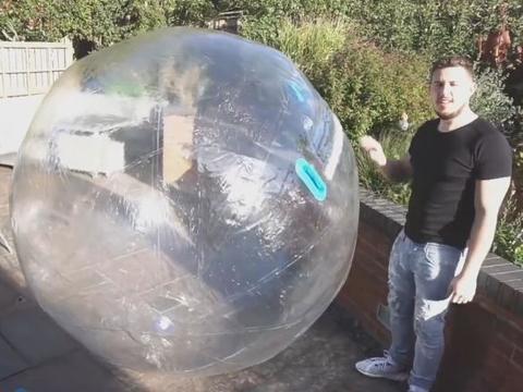 英国一男子突发奇想,把自己装进气球里穿越大海!