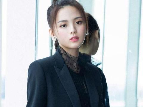 明星杨超越娱乐圈女歌手和演员,活泼开朗,是不断进步的女艺人