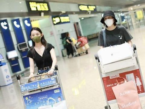 张雪迎、蒋依依同游日本归来现身机场,两人穿姐妹装齐心搬行李
