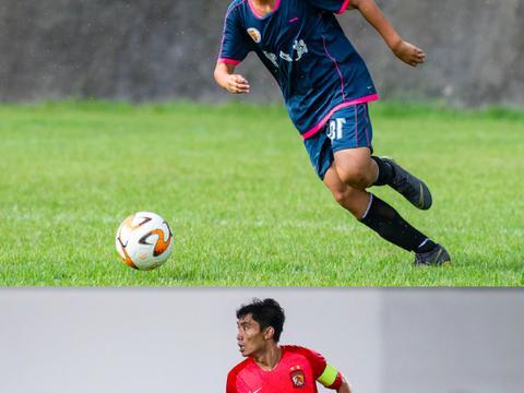 中国足球双喜临门,国足队长郑智获接班人,比埃神入中国籍更重要