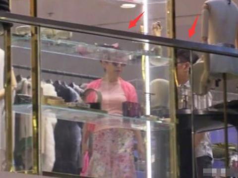 谢霆锋妈妈狄波拉带老公购物,粉嫩造型减龄时髦,夫妻俩超恩爱
