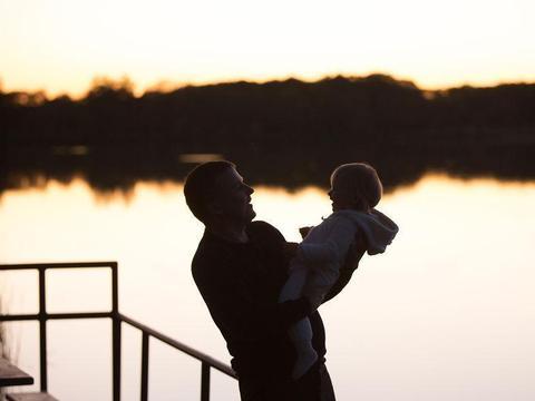 父爱如山,摄影师拍下了爸爸与孩子之间特别又细腻的爱