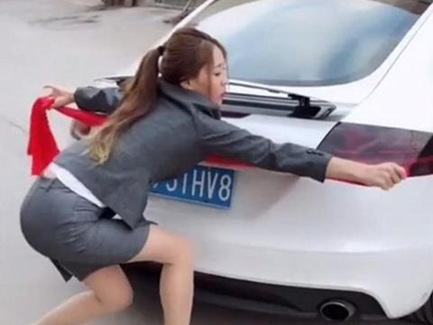 女子40万新买奥迪TT,害怕停不进车位,这神操作也是亮了!