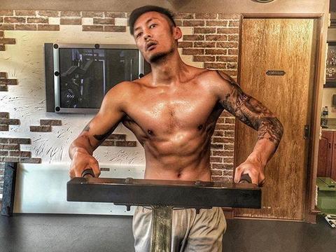 硬汉余文乐的肌肉,是狂练11个月的成果,这组训练动作你一定要学