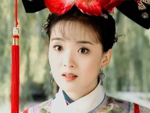 辣妈王艳果然不一般,蓝色衬衫搭碎花裙,45岁美回18岁!