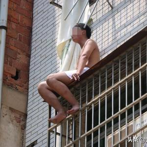 湖北黄梅:十九岁男生高考失利欲跳楼轻生,被消防员一把拽回