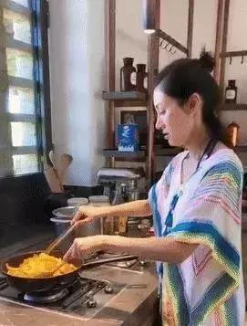 阔太李嘉欣晒素颜下厨照,网友调侃每月200万的生活费不够花了?