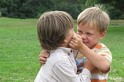 6岁男孩老是失控打人,都说是溺爱惹的祸,家长要注意心理因素!