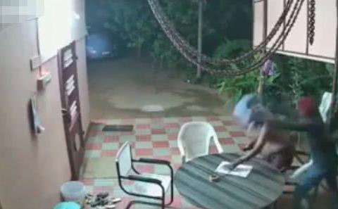 印度劫匪入室抢劫 遭七旬老夫妻用拖鞋凳子暴打