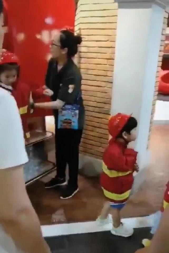baby大玩下衣失踪,和儿子甜蜜,小海绵学爸爸扮消防员超可爱