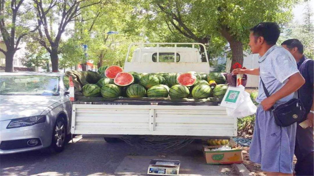 为啥商贩喜欢切开西瓜卖?4个原因还原真相,销售手段令人佩服