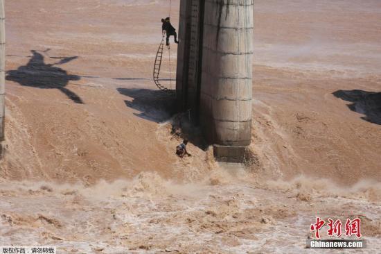 印度北部洪水泛滥多处山体滑坡 当局疏散逾千名游客