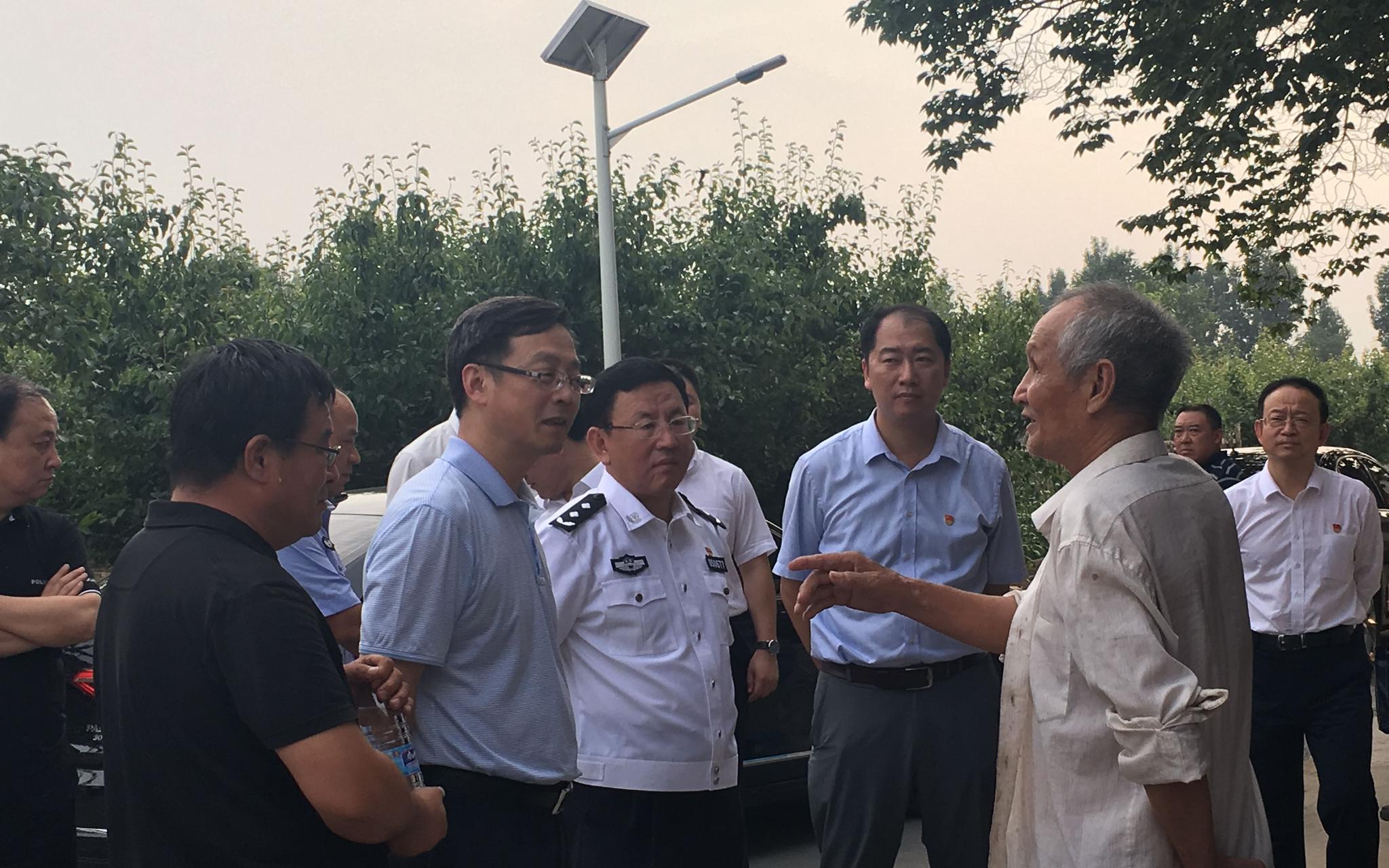 6月18日,督导组在房山区琉璃河镇五间房村入户了解扫黑除恶专项斗争开展情况。新京报记者 何强 摄