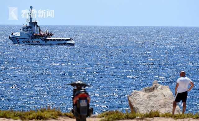 难民跳海游泳 救援船上哭声震天!意大利有义务让他们上岸吗?