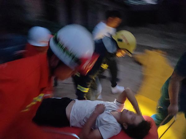 男子触电被困电线杆 家属要求消防员带电也得救|消防员|电线杆