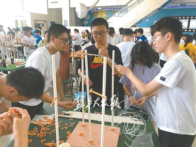 """200位中学生合力搭建""""过山车"""""""