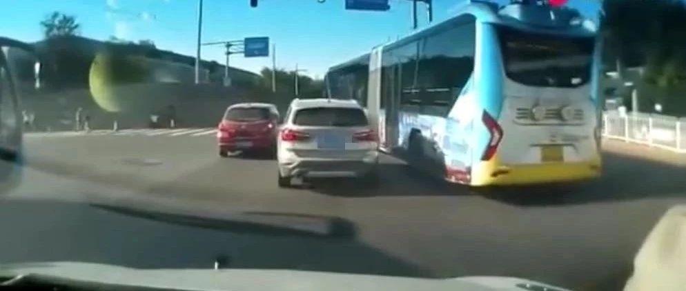 """险象环生!北京街头公交车和宝马斗气,连续上演""""神龙摆尾""""!公交集团道歉了"""