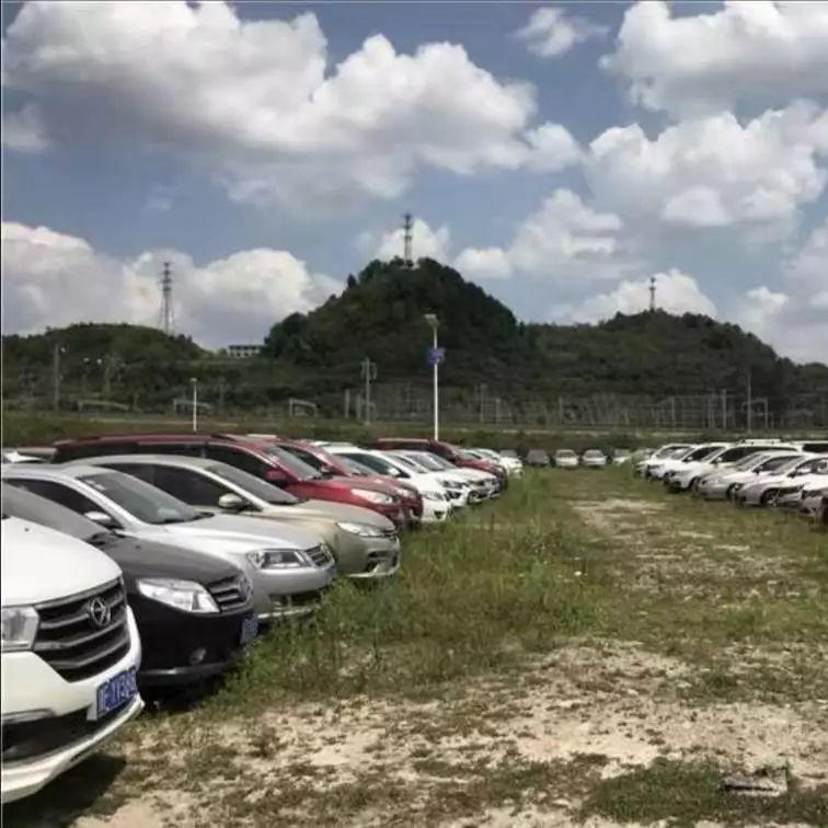 """贵阳非法营运暂扣车辆停车场:""""黑车""""太多,都装不下了"""