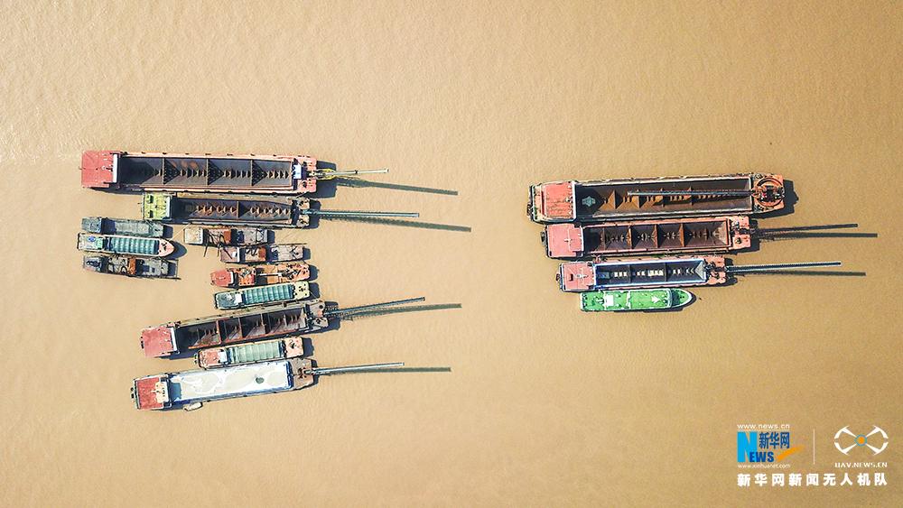 航拍湖北荆州非法采砂涉案船舶监管点