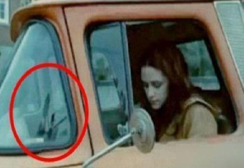 《暮光之城》里面,伊莎贝拉·斯旺的车前挡风玻璃把摄影师出卖了