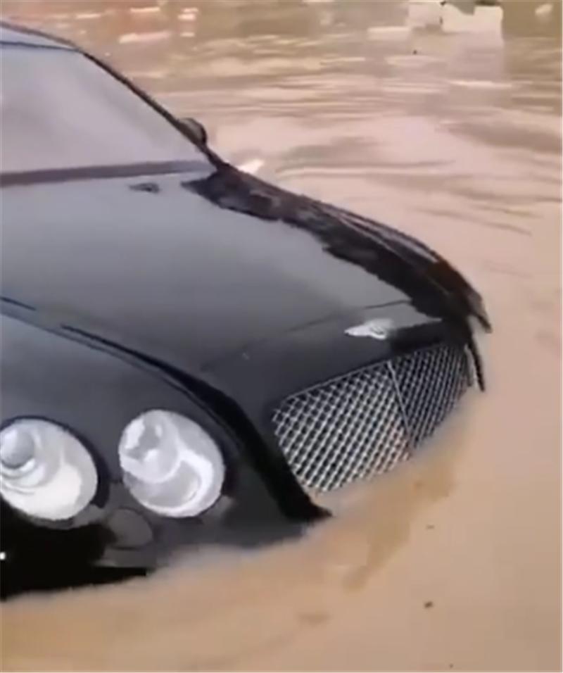 又一台泡水车!550万宾利现积水区域,半车身浮在水上,无人偷取