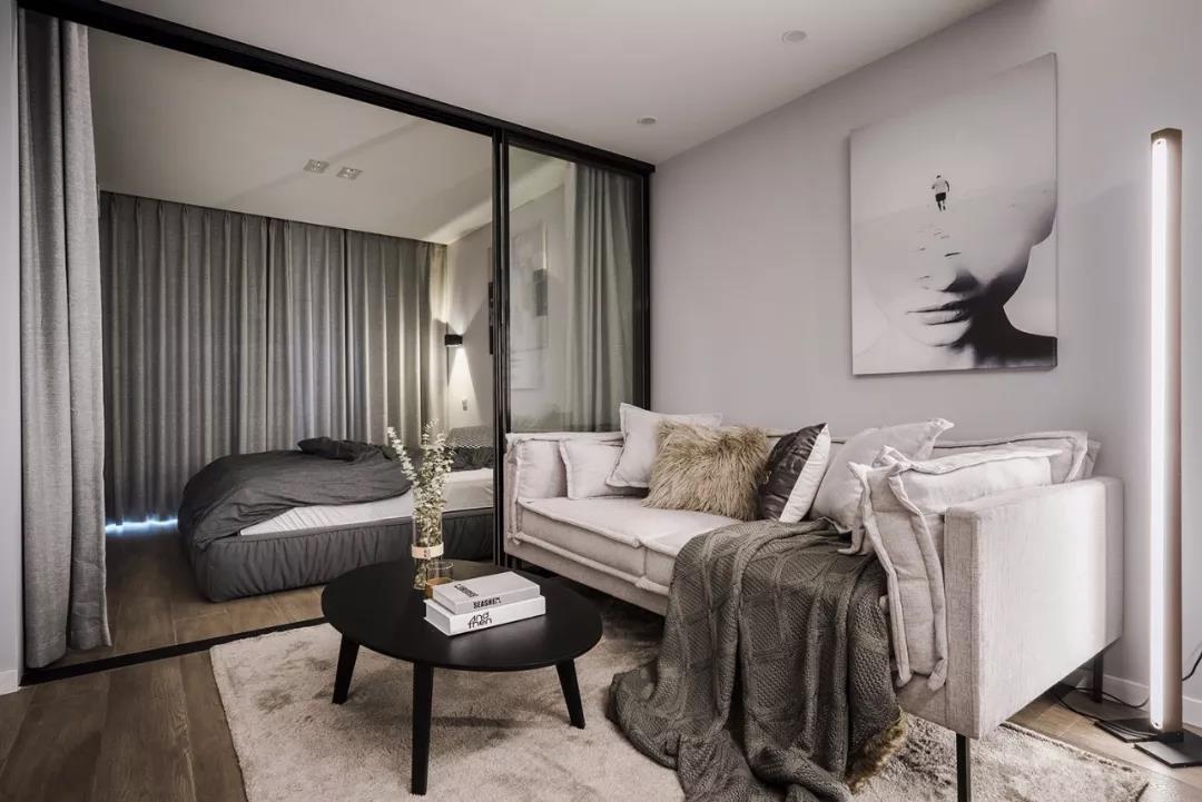 50平单身公寓,客厅卧室采用玻璃隔断,真大胆