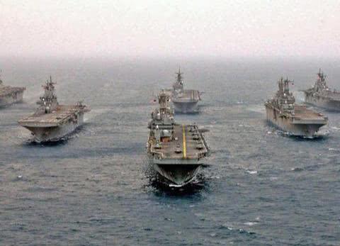 不惧伊朗反舰导弹,美军4万吨级战舰强闯海峡:2千多陆战队登陆